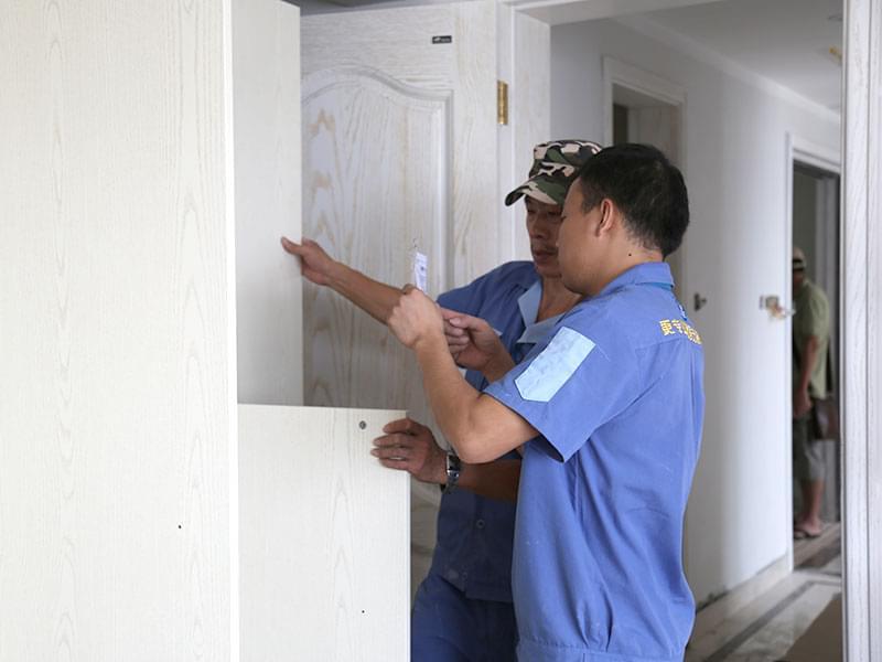 左右手安装师傅现场讨论安装细节