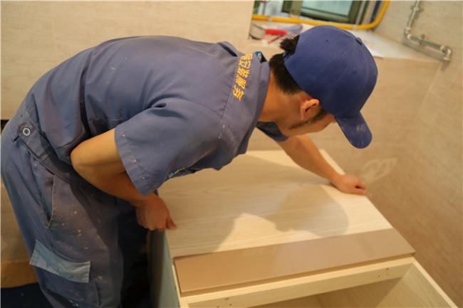左右手家居安装师傅教你家具修补小问题,自己动手轻松解决
